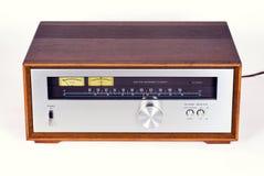在木内阁的葡萄酒立体声音频条频器收音机 免版税库存照片