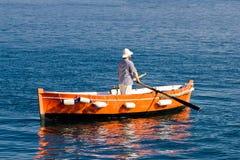 在木出租汽车小船的水手划船 免版税图库摄影