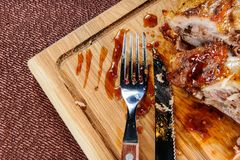 在木切口板材的烤猪肉牛排内圆角在木桌 免版税库存图片