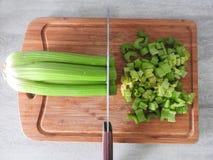 在木切板特写镜头的新鲜的绿色芹菜词根 免版税图库摄影