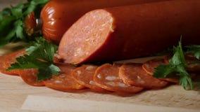 在木切板的切的意大利辣味香肠香肠 框架 切的意大利辣味香肠香肠细节在木切板的 影视素材