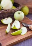 在木切板的切的绿色苹果 免版税库存图片