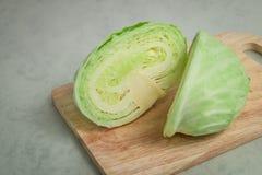 在木切板的嫩卷心菜 免版税库存图片