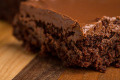 在木切板的巧克力软糖果仁巧克力 库存图片