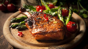 在木切板的开胃烤小牛肉腰部 库存照片
