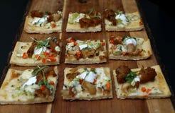 在木切板的微型薄饼开胃菜 免版税库存照片