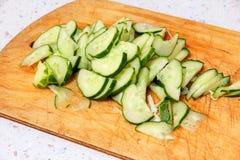 在木切板的新鲜的切的黄瓜 库存照片