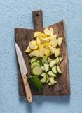 在木切板的新鲜的未加工的切的夏南瓜 库存照片