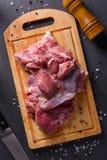 在木切板的新鲜的未加工的火鸡肉有刀子的 库存图片