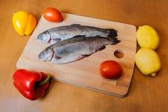 在木切板的新鲜的鳟鱼 库存图片
