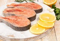 在木切板的未加工的用卤汁泡的鳟鱼内圆角 免版税库存图片