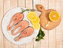在木切板的未加工的用卤汁泡的鳟鱼内圆角 库存图片