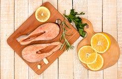 在木切板的未加工的用卤汁泡的鳟鱼内圆角 免版税库存照片