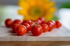 在木切板的西红柿 库存照片