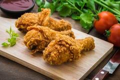 在木切板的酥脆炸鸡和垂度调味 免版税图库摄影