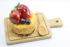 在木切板,甜的莓果的被隔绝的莓果乳酪蛋糕 免版税库存照片