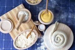 在木制品盘的各种各样的成份 谷物,麦子,盐, 免版税库存照片