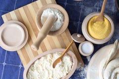 在木制品盘的各种各样的成份 谷物,麦子,盐, 图库摄影