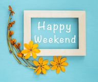 在木制框架的愉快的周末与黄色花 免版税库存照片