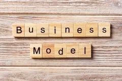 在木刻写的业务模式词 在桌上的业务模式文本,概念 图库摄影