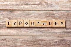 在木刻写的印刷术词 在桌上的印刷术文本,概念 免版税库存照片