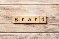 在木刻写的品牌词 在桌上的品牌文本,概念 库存照片