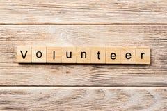 在木刻写的志愿词 在桌上的志愿文本,概念 免版税图库摄影