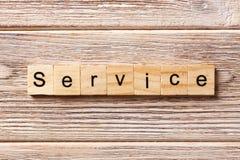 在木刻写的服务词 为在桌上的文本,概念服务 免版税库存照片
