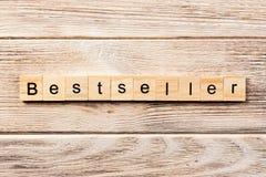 在木刻写的畅销书词 在桌上的畅销书文本,概念 免版税库存图片