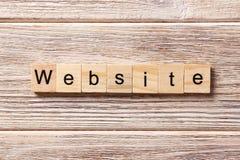 在木刻写的网站词 在桌上的网站文本,概念 库存照片