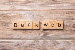 在木刻写的黑暗的网词 在木桌您desing的,概念上的黑暗的网文本 免版税图库摄影