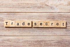 在木刻写的Trane秘密词 在桌上的trane秘密文本,概念 免版税库存图片