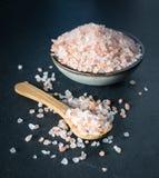 在木匙子和碗的桃红色喜马拉雅盐 免版税库存照片