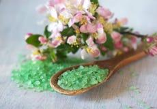 在木匙子和花的腌制槽用食盐 免版税库存图片