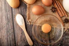在木匙子和鸡蛋的面粉在大袋的bolw玻璃 库存图片