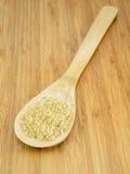 在木匙子的未加工的米 库存照片