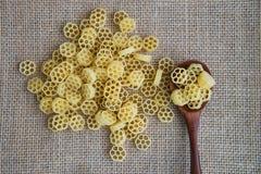 在木匙子的未加工的面团在大袋土气背景 自然和健康食物概念 库存照片