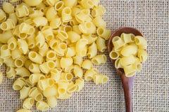 在木匙子的未加工的面团在大袋土气背景 自然和健康食物概念 免版税库存照片