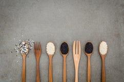 在木匙子的芝麻籽 在wo设定的黑白芝麻 免版税库存图片