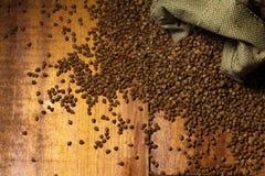 在木匙子的荞麦种子在一张棕色木桌上 图库摄影