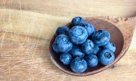 在木匙子的蓝莓 免版税库存图片