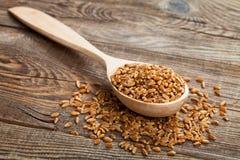 在木匙子的麦子在老委员会 免版税图库摄影