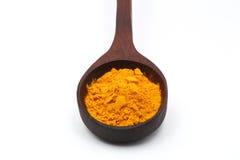 在木匙子的黄色姜黄,在木匙子的碎姜黄 库存图片