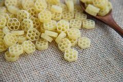 在木匙子的Fiori未加工的面团在大袋土气背景 自然和健康食物概念 花形状 库存图片