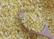 在木匙子,快餐的黄色大豆由豆制成在泰国 库存照片