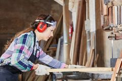 在木匠业习艺期间的妇女 免版税库存图片