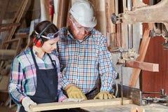 在木匠业教训期间的妇女 库存照片