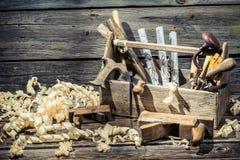 在木匠业车间锤击,锯和整平机 免版税图库摄影