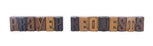 在木印刷体字母拼写的祷告请求 免版税库存照片