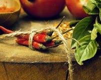 在木厨房有spicies的,蕃茄,辣椒的菜,绿色 免版税图库摄影